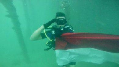 Photo of Polisi Tanjungpinang Kibarkan Bendera di Dasar Laut