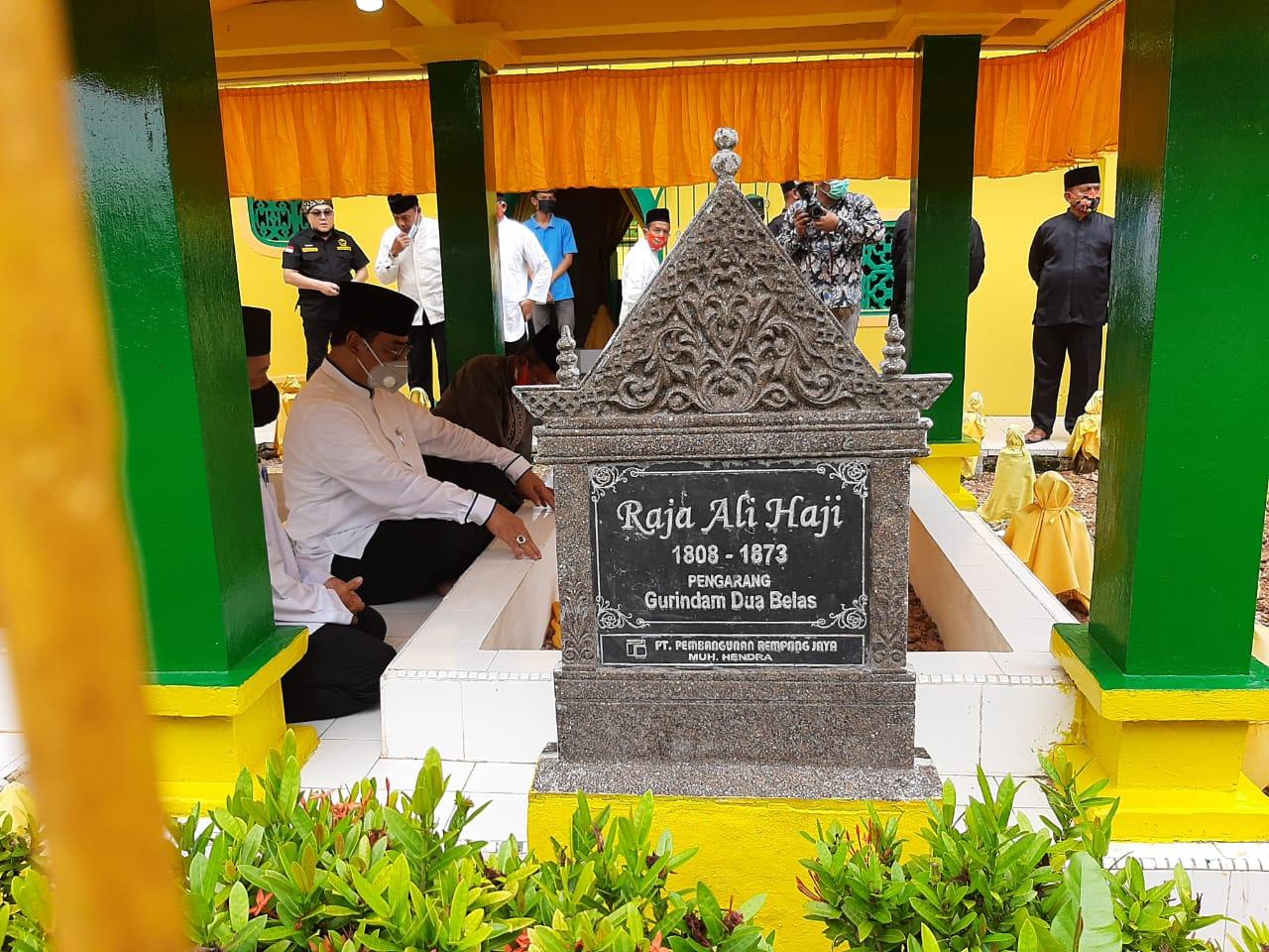 Soerya Respationo Ziarahi Makam Leluhur Melayu di Tanjungpinang