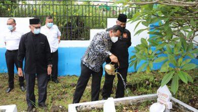 Photo of Jelang Hari Pahlawan, Pjs Gubernur Bahtiar Bakti Sosial dan Ziarah Makam Pahlawan